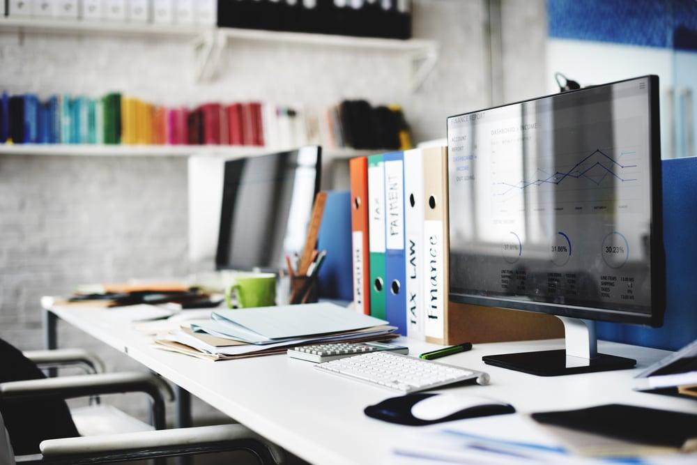 Que range-t-on dans la catégorie des fournitures de bureau?